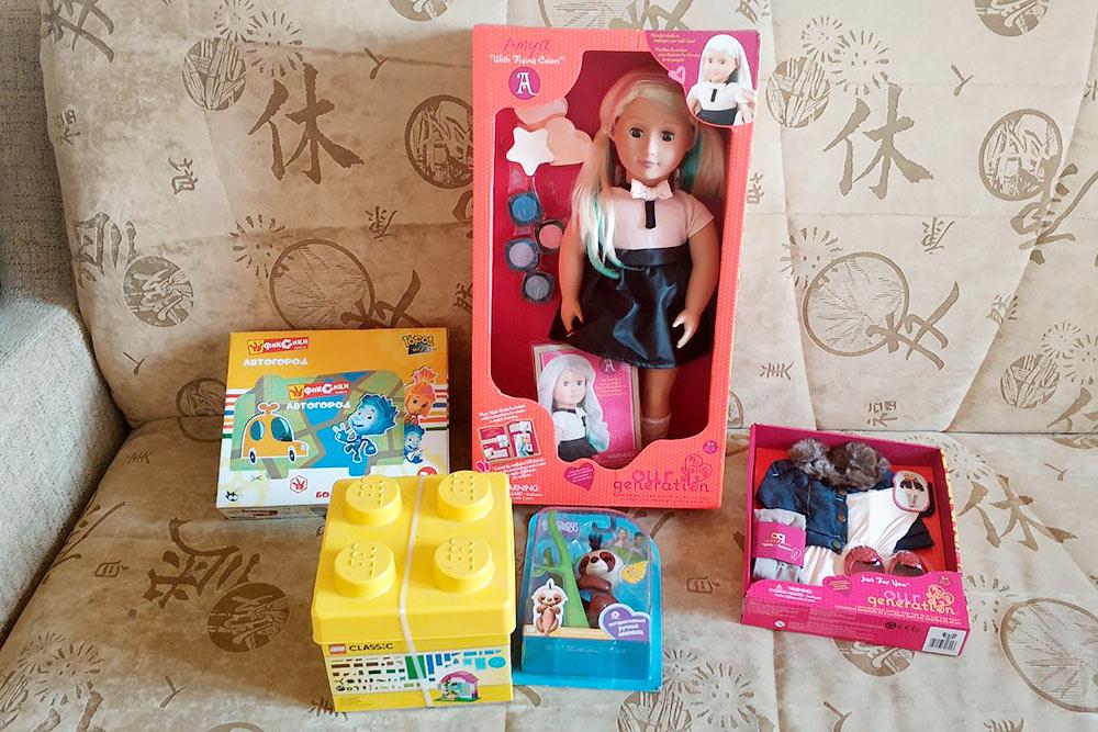 Набор подарков на 4 года: кукла, интерактивная игрушка, мини-парковка и «Лего»