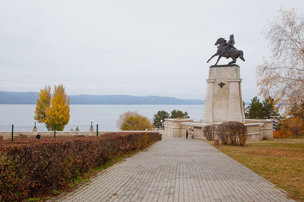 Памятник основателю города Василию Татищеву на берегу Куйбышевского водохранилища