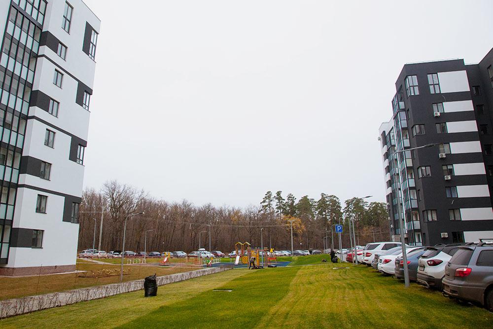 Если бы я покупал жилье сейчас, то выбрал бы квартиру в одном из домов жилого комплекса «Гринвуд», расположенного неподалеку: он ближе к лесу, здания выглядят современно, а территория огорожена