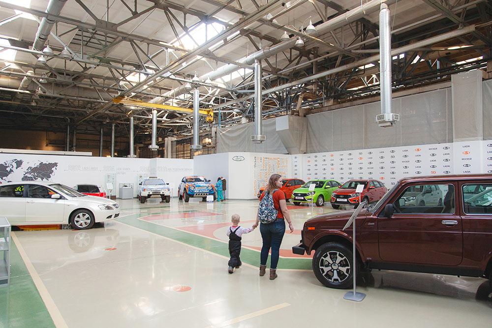 Белый автомобиль слева — проект ЛадаС. Это прототип модели, следующей по габаритам после Весты. В серию он так и не пошел