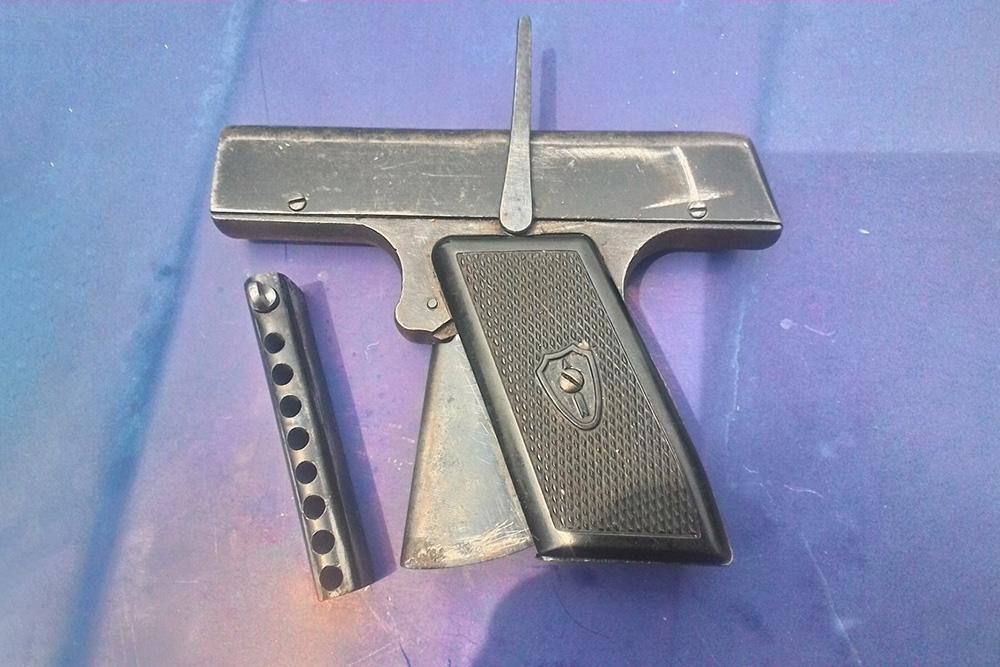 Стартовый пистолет времен СССР. Их уже не выпускают, но на «Авито» их можно найти в продаже за 1500—2000<span class=ruble>Р</span>. Свободная продажа и хранение без&nbsp;разрешения не нарушают закон