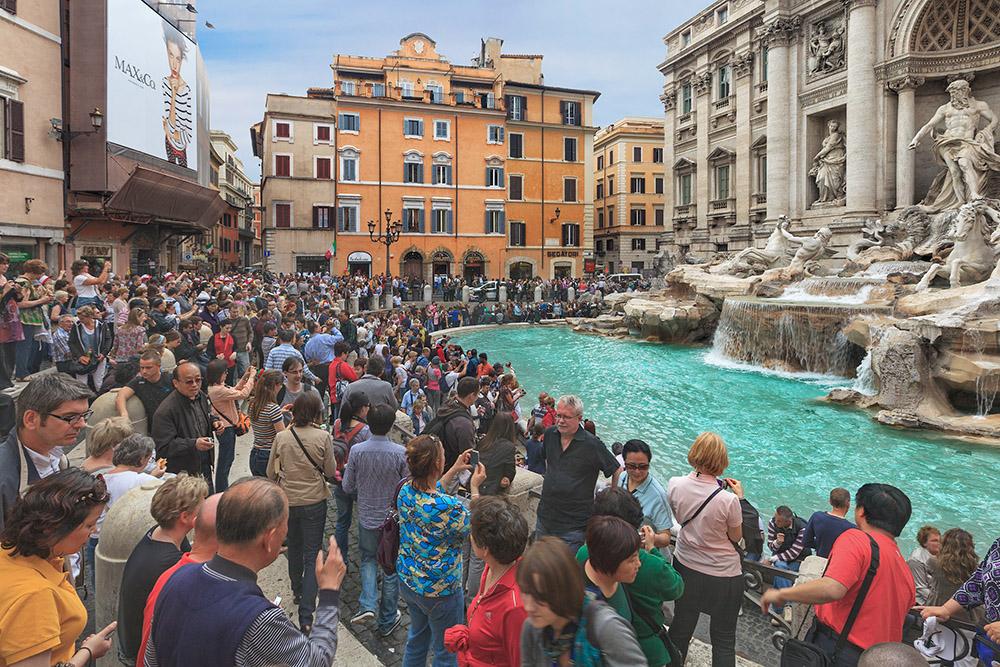 Обычный день фонтана Треви. Радует, что в прошлом году в Италии запретили есть, пить и сидеть возле исторических памятников. Источник: Lena Serditova / Shutterstock