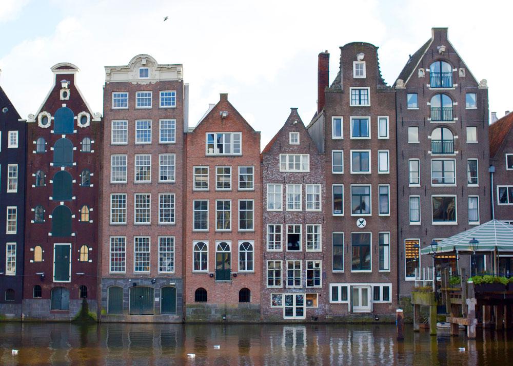 Домики на центральной улице Дамрак, Амстердам