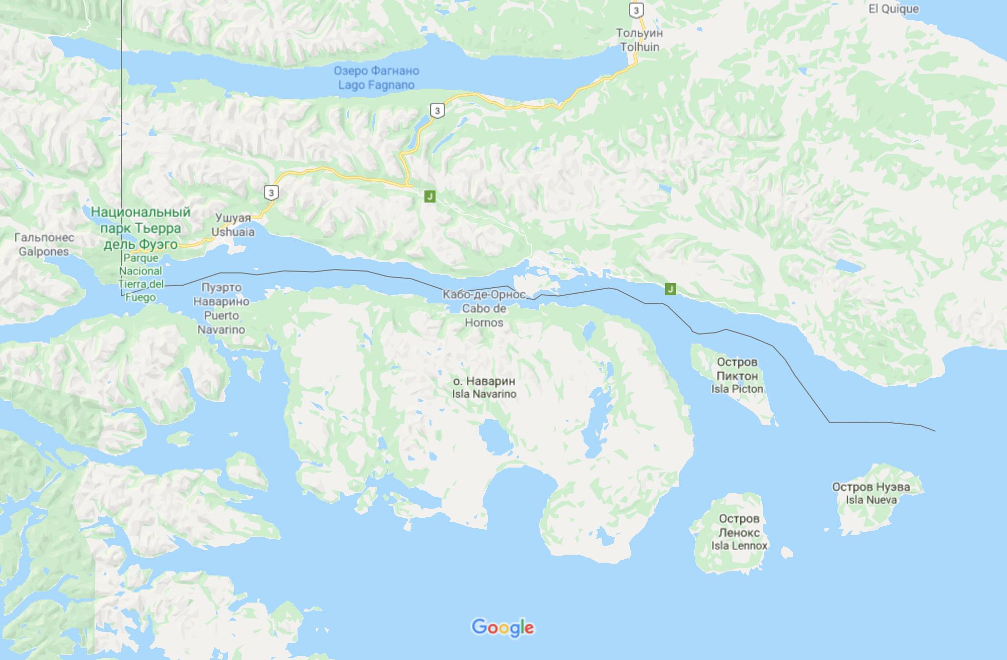 По каналу Бигль в этом месте проходит граница — черная линия — между Аргентиной и Чили. По одну сторону — остров Огненная Земля и Ушуайя. По другую — остров Наварино и поселение Пуэрто-Уильямс (Кабо-де-Орнос)