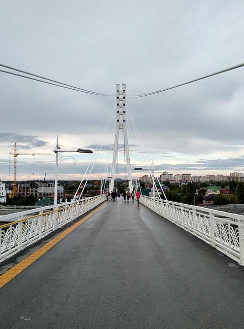 По мосту запрещено передвигаться на велосипеде, скейте и роликах. Но люди все равно катаются