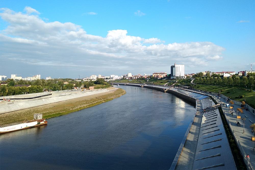 Вид на набережную с моста Влюбленных. Здесь можно разглядеть все четыре уровня. На левом берегу тоже делают набережную. Она будет одноуровневой, строительство планируют закончить в 2021году