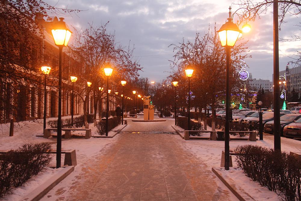 Сквер идет параллельно дороге. Вечером освещается фонарями. Источник: Сергей Тиняков