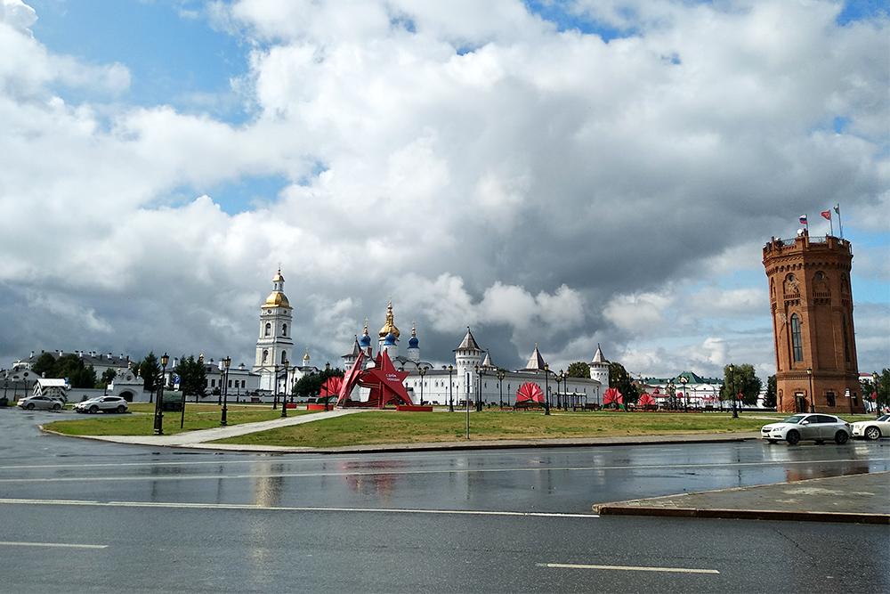 Слева — Тобольский кремль, справа — старая водонапорная башня, в которой теперь расположен магазин сувениров. В Тобольске сувениры дешевле, чем в Тюмени