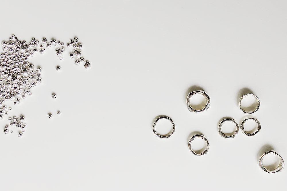 Слева — гранулы серебра, в таком виде я забираю их с завода, чтобы получить, например, кольца, которые изображены справа