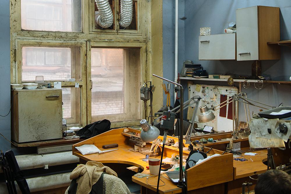 Литье и полировка украшений происходят вцехе ювелира наЭлектрозаводе. Фото: Андрей Стекачев