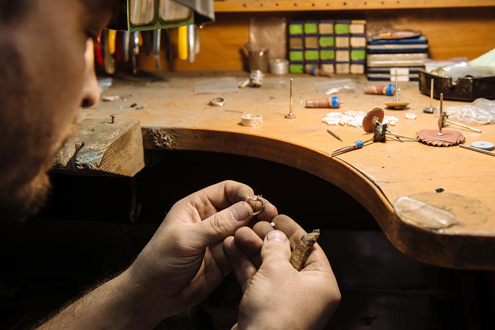 Ювелир создает украшение иполирует его дотоварного вида Фото: Андрей Стекачев