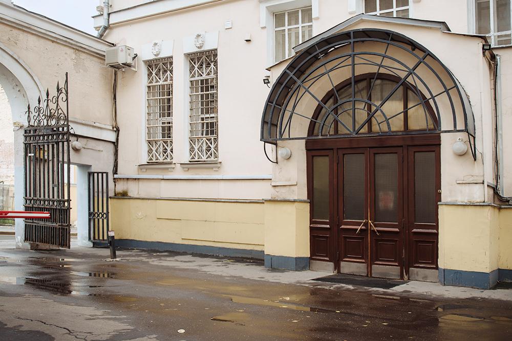 Шоурум «Двенадцать» находится всамом центре Москвы, нонайти нас нетак просто. Вход вздание через арку ипроходную. Вместе снами помещения тут снимают студии ималенькие магазины. Фото: Андрей Стекачев