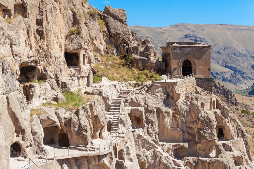 Пещерный монастырь Вардзиа — настоящий, если хотите, Горгород: когда-то был спрятан от людских глаз, а теперь стал достоянием страны