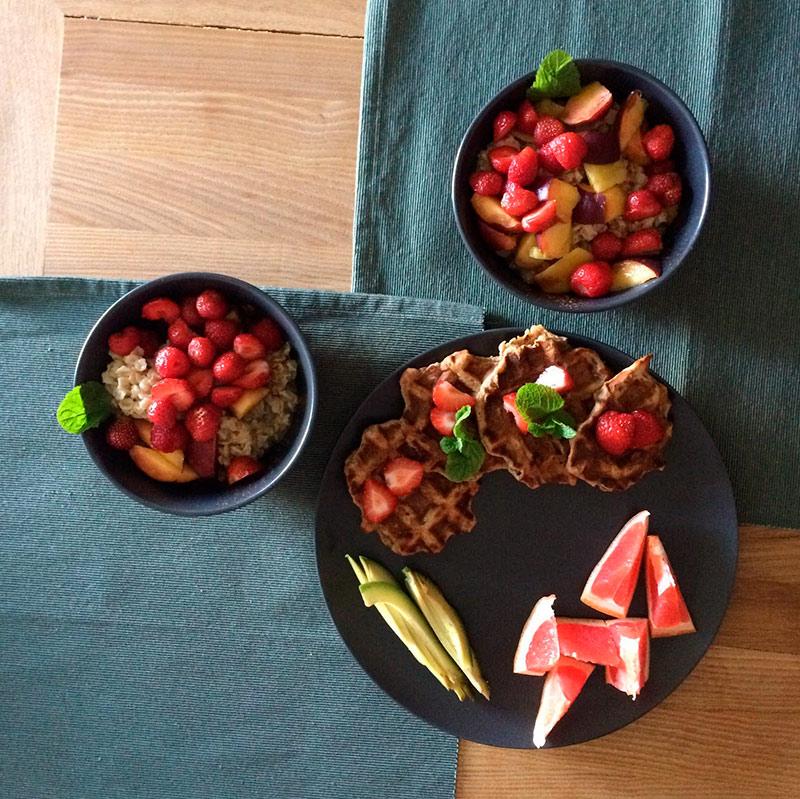 Веганская еда, которую я приготовил сам: банановые вафли и каша с фруктами
