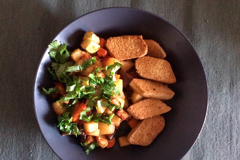 Простой обед: тушеные овощи, свежая зелень и тофу, обжаренный в соевом соусе