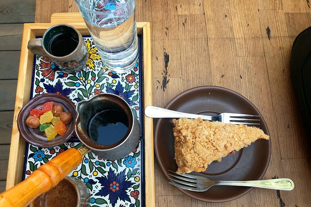 Веганский наполеон в кофейне «Пески» в Казани. Я заплатил 600<span class=ruble>Р</span> за кофе и десерт