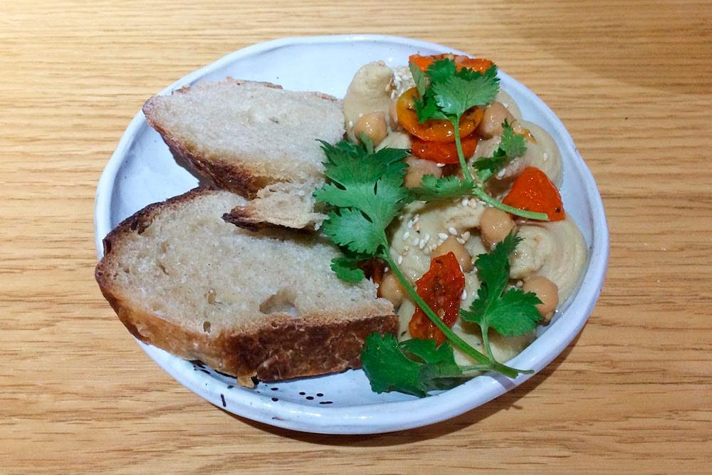 Хумус с домашним хлебом и вялеными томатами в «Культуре» на Профсоюзной в Казани за 150<span class=ruble>Р</span> с учетом дневной скидки 20%