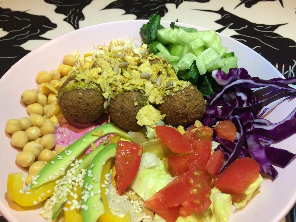 Фалафель в ростовском вегетарианском кафе «Колючка» — с хумусом, нутом и свежими овощами, порция стоит 220 р.
