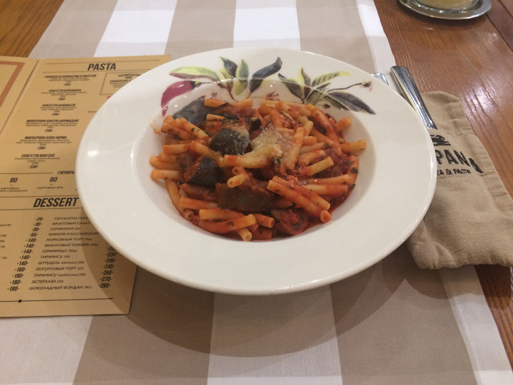 В меню итальянской пиццерии «Кампаниа» в Ростове три вида пасты, подходящей вегетарианцам: равиоли со шпинатом и рикоттой, паста «Четыре сыра» и паста с баклажанами, томатным соусом и пармезаном. Стоят от 250 до 290 р.