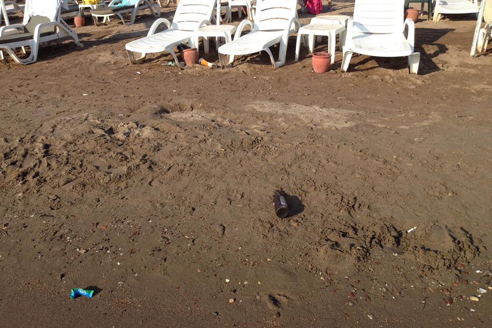 Так выглядел отельный пляж. Убирали его редко иплохо