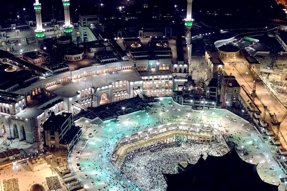 В центре круглого внутреннего двора мечети виднеется часть Каабы. Это главное место поклонения длявсех мусульман. По преданию, внутри этого куба находится камень, который был перенесен из рая, но почернел от грехов людей
