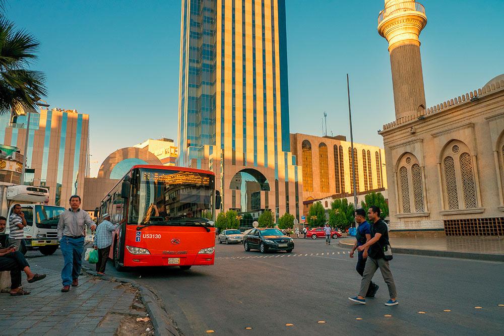 Такие автобусы ходят по многим крупным городам королевства. Фото: schusterbauer.com / Shutterstock