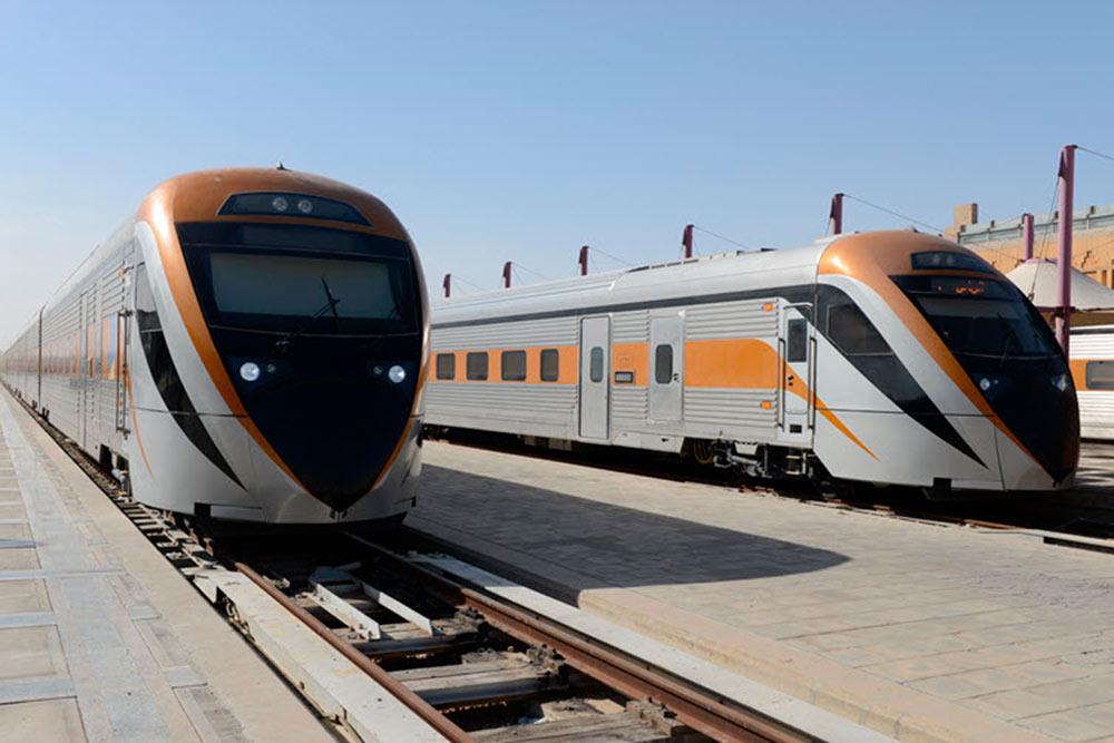Вагоны в саудовских поездах бывают первого или второго класса, а локомотивы не электрические, а дизельные — чтобы не тянуть линии электропередач по пустыне. Источник фото: сайт компании Saudi Railways