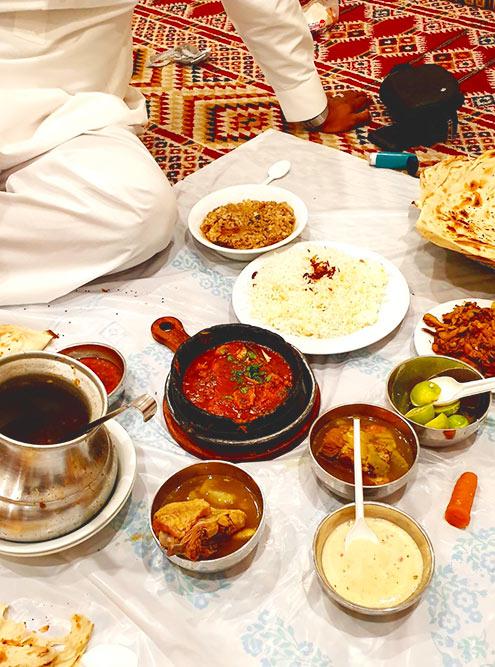 Дома саудовцы часто едят расположившись прямо на полу