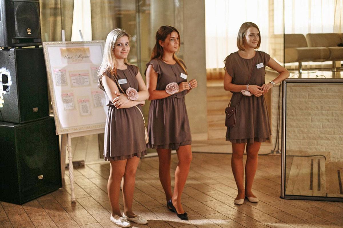 Люба (в центре) с коллегами встречает гостей и контролирует рассадку за столами. Фото: {Яна Александрова}(https://vk.com/yana_aleksa)