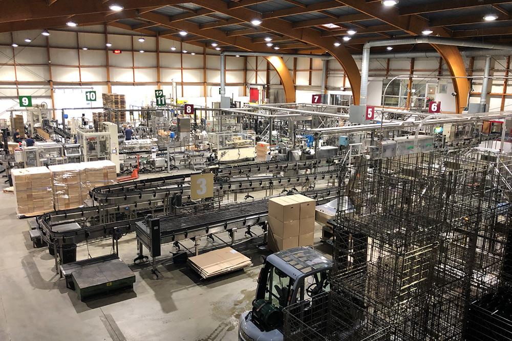 Линия промышленного розлива вина накрупном производстве «Бюзе» вБордо. Там производят несколько тысяч бутылок вина всутки