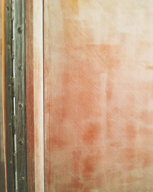 Дверца после обработки наждачной бумагой. Еще видно, какой раньше был цвет