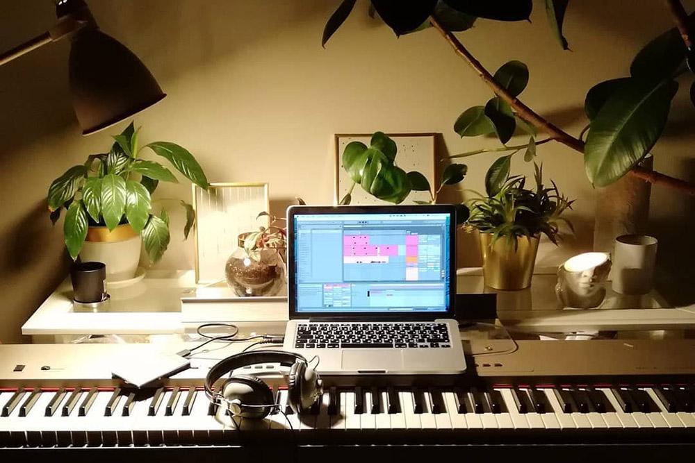 Так выглядит мое цифровое пианино и интерфейс Ableton, вкотором япишу партию барабанов дляодной из песен. Формат MIDI позволяет использовать пианино какклавиатуру длялюбых инструментов впрограмме звукозаписи