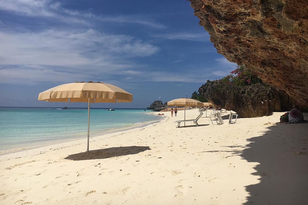 Так выглядит пляж Кендва: прозрачная вода лазурного цвета, 30 метров пройти до глубины и никаких морских ежей даже в отлив