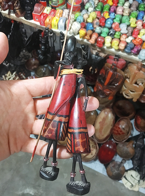 Фигурки масаи выполнены из черного дерева