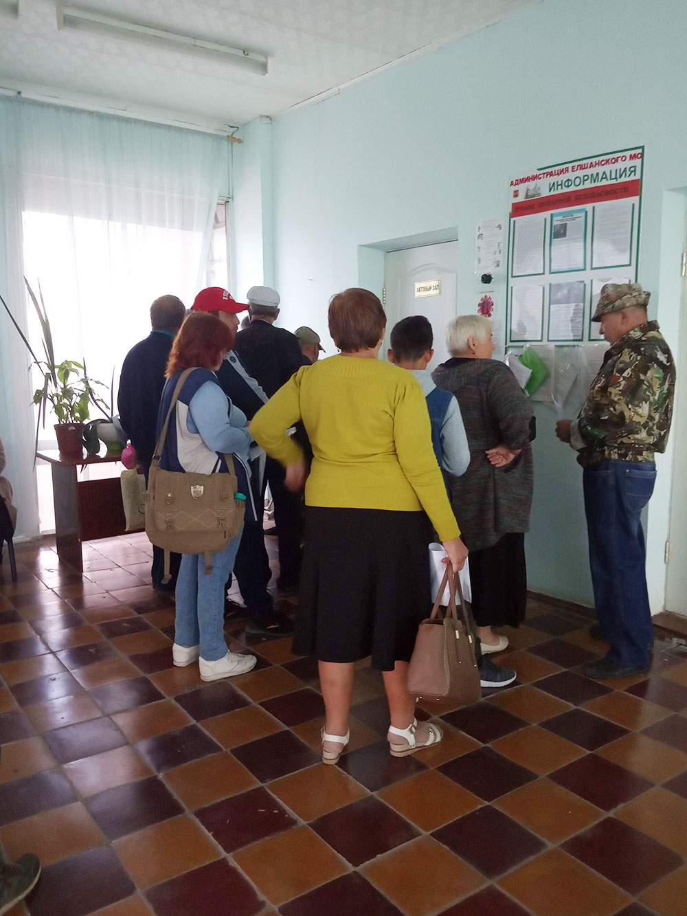 Столько людей стоит в очереди на выездное обслуживание МФЦ в селе Елшанка Саратовской области. Очереди две: сдать документы и получить