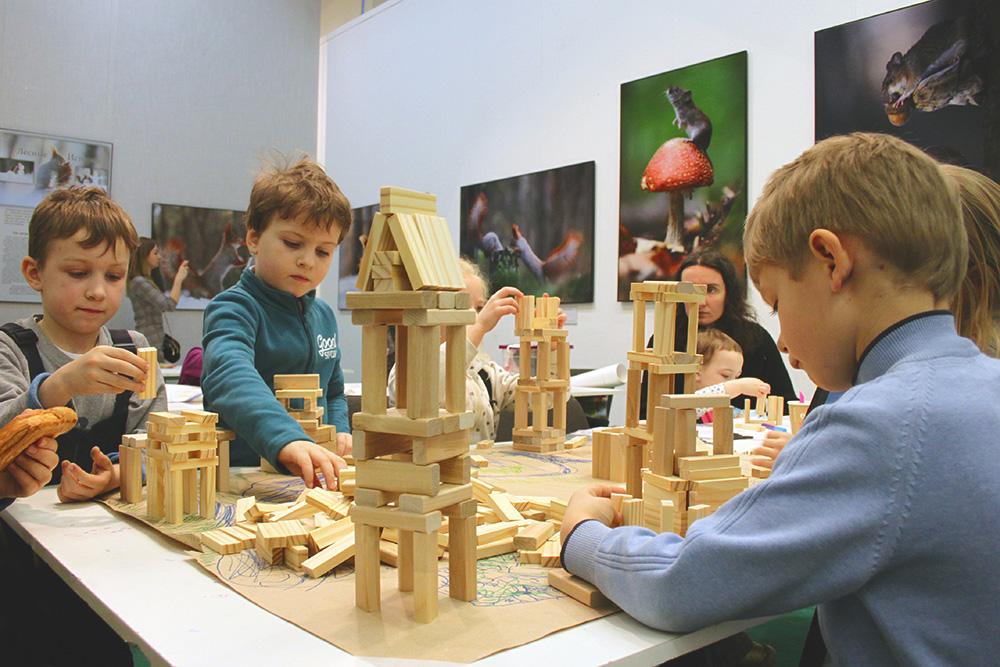 На занятии «Строим город» ребята собирают древний русский город из специального конструктора. Они сами разрабатывают план и его сооружения