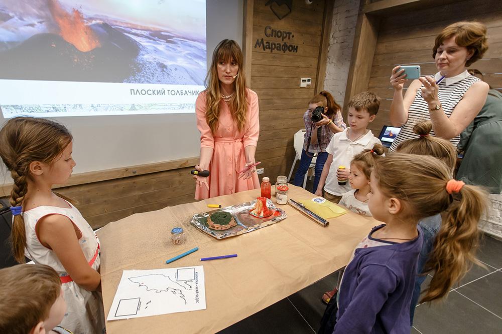 На занятии «Камчатка — край чудес» я рассказываю о вулканах Камчатки разных типов и возраста: как они устроены, почему извергаются и как происходит извержение
