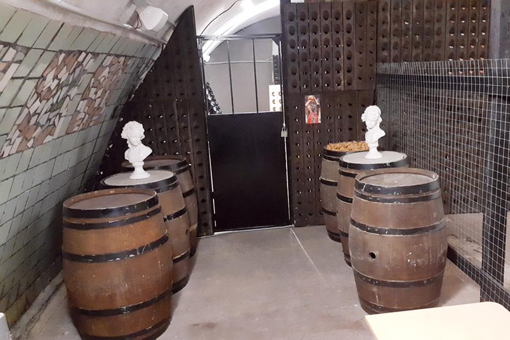 Это наша квестовая комната в подвалах «Абрау-Дюрсо». В бочках спрятан ключ. Чтобы его найти, нужно повернуть фигуру на определенный угол