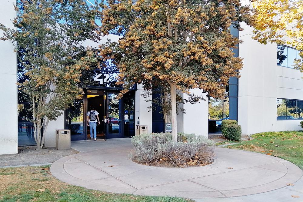 Учебный кампус во Фремонте работает 24 часа в сутки. Встретить студентов можно даже ночью