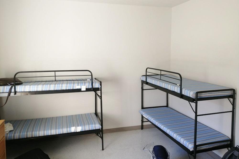 Одна комната вобщежитии рассчитана начетырех человек. Поумолчанию кровати двухъярусные, как вдетском лагере