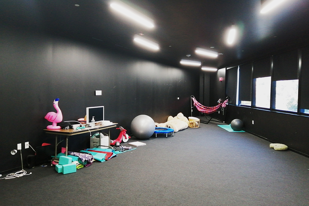 В кампусе есть большая комната отдыха соспортивным оборудованием. Одни студенты приходят сюда заниматься йогой, другие — просто лежать вгамаке