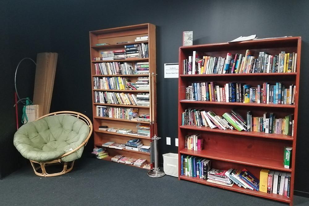 Здесь же есть небольшая библиотека схудожественной литературой, книгами опрограммировании, медицине и иностранных языках