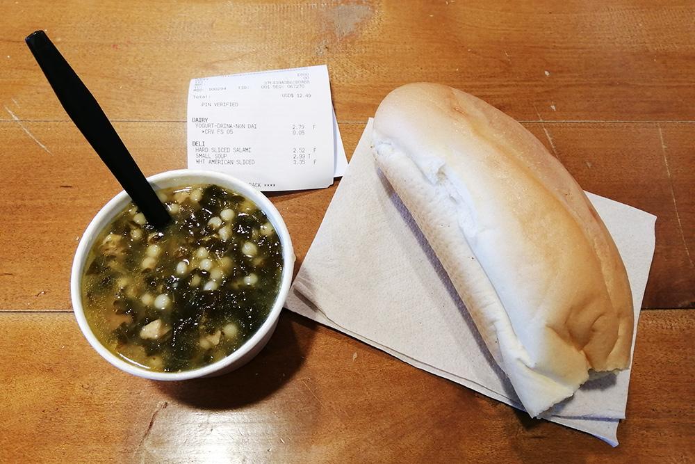 В выходные я питалась фастфудом или ходила в&nbsp;супермаркет, где можно было взять еду навынос. Обычно брала какой-нибудь суп и булку. Это стоило 3,5$ (261<span class=ruble>Р</span>)