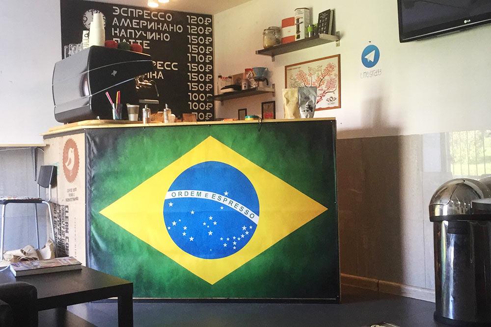 На первой барменской стойке мы нарисовали флаг Бразилии, но заменили слоган Ordem e Progresso — «Порядок и прогресс», — на Ordem e Espresso