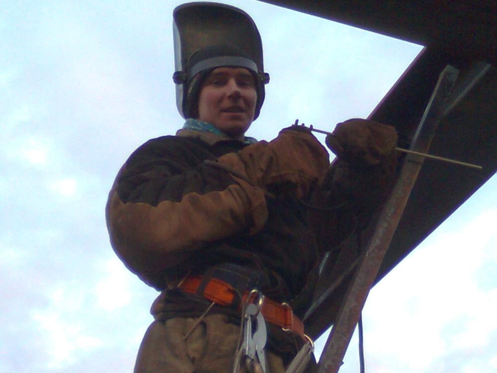 Анатолий варит конструкцию для нефтяного завода