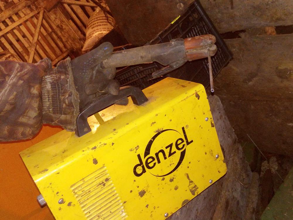Сварочный аппарат «Дензел» идержак длянего. Анатолий рад, чтокупил этот аппарат: онлегкий инеподводит вработе