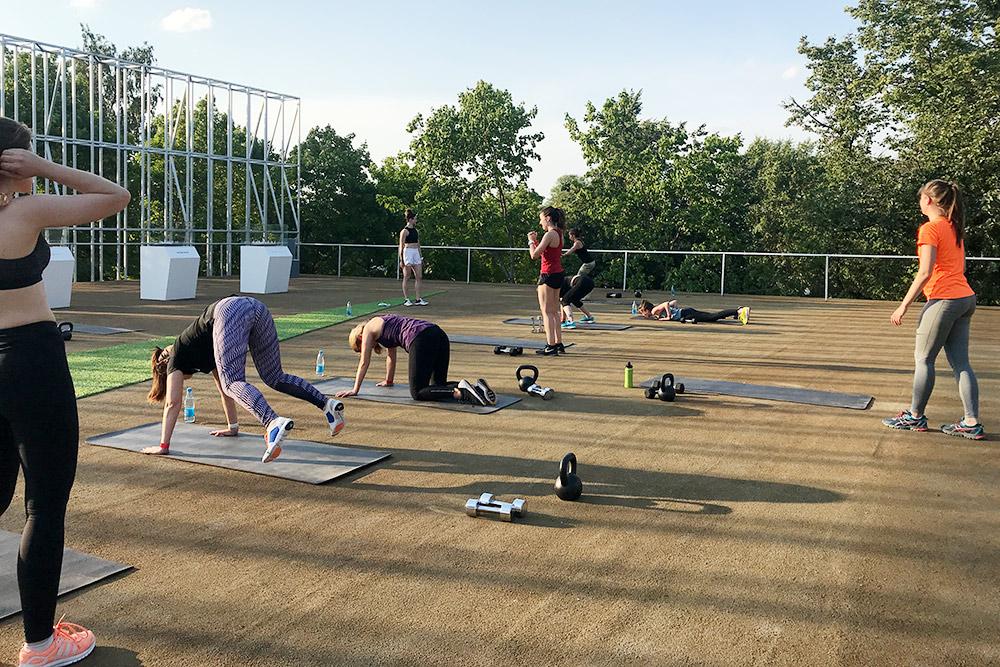 Тренировки «Найка» проходят накрыше спортивного центра впарке Горького. Туда приносят гантели, гири, коврики, тренер подключает микрофон кколонкам иподмузыку ведет тренировку. Каждый выполняет свое задание: кто-то ещеделает бёрпи, кто-то ужеприседает