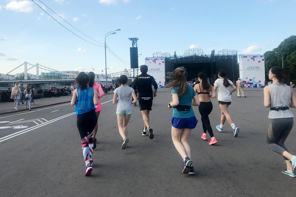 Тренировка «Адидаса» вМоскве — начали занятия перед спортивным центром впарке Горького, потом добежали до«Музеона» итамотрабатывали силовые упражнения наодной изаллей. Здесь мышагаем ввыпадах