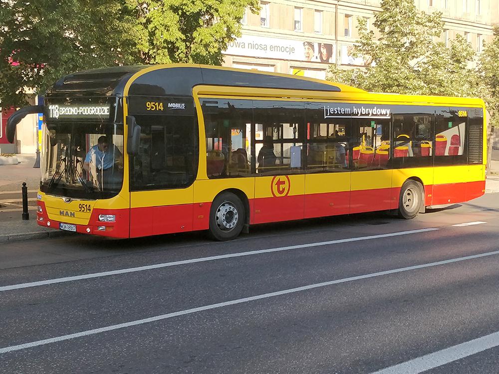 По Варшаве ходит много современных иудобных автобусов, впоследнее время появляются иэлектрические
