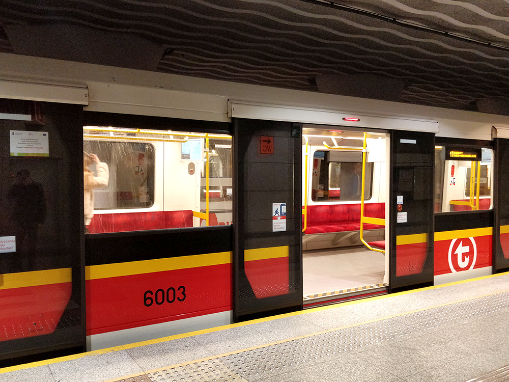 В варшавском метро ходят современные поезда скондиционером ибезразделения навагоны